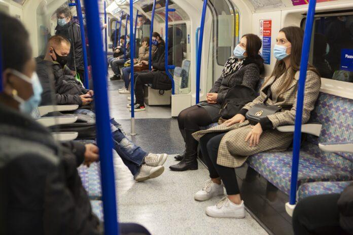 Menschen mit Maske in der Bahn